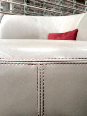 Der farblich abgesetzte Kontrastfaden betont die formschönen Rundungen des Modells.