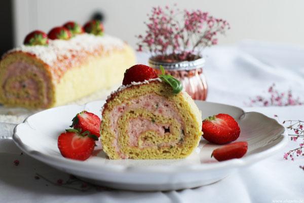 Biskuitrolle mit Erdbeeren und Basilikum.