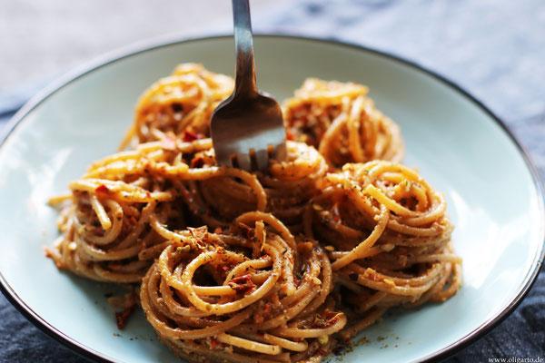 Trocken Pesto und Vollkornspaghetti.