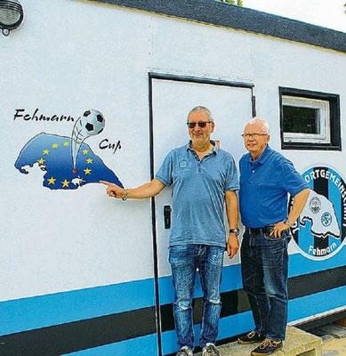 """""""Manni"""" Schramm hat den alten Container runderneuert. Orga-Chef Jürgen Fendt hat nun eine Außenstelle im Stadion/am Kunstrasenplatz"""