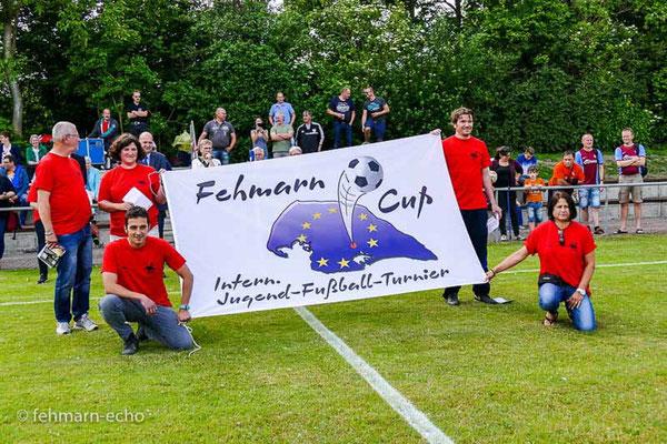 Organisator Jürgen Fendt und die Fahnenträger Nadine-Isabel Kissler, Sebastian Wagener, Viktor Katona und Martina Ehmann