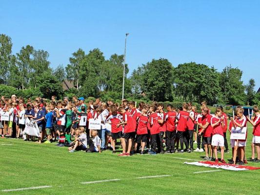 55 Mannschaften, darunter sieben ungarische und drei dänische Teams, füllten das Stadion