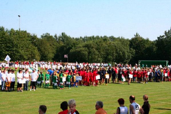 Das Spielfeld des Stadions war gerammelt voll mit Kickern