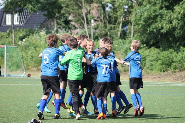 Der Jubel war groß - die JSG nach drei Siegen am Samstag im Viertelfinale. Da fehlte bei der Hitze etwas Kraft. im vierten Spiel 0:1 gegen Lüneburg