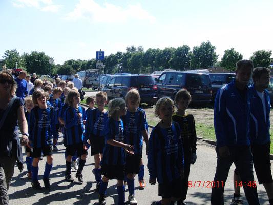 14:46 am Stadiontor. Die Gastgeber als Letzte auf dem Weg zur Eröffnung des 6. Fehmarn Cup.