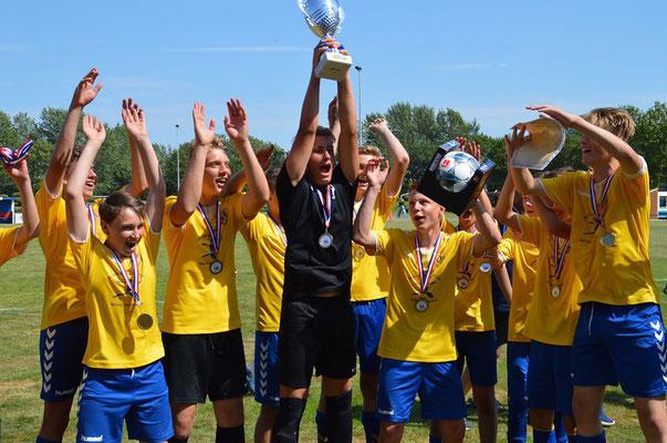 Mit unserem ehemaligen Spieler Paul Börke geht der Pokal der C-Jugend nach Lauenburg