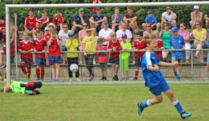 Das E-Junioren-Finale musste zwischen der JSG Ahlerstedt/Ottendorf/Bargstedt und  dem SV Eichede im Neunmeterschießen entschieden werden. Hier verwandelt der letzte JSG-Schütze den Neunmeter zum 5:4-Endstand.