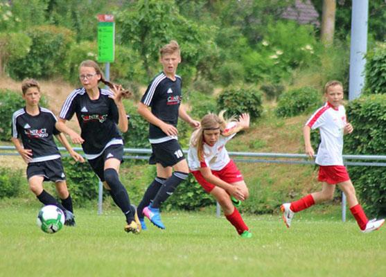 Die Preußen (in Schwarz) gewannen durch ein Eigentor der Brandenburger das Endspiel mit 1:0.