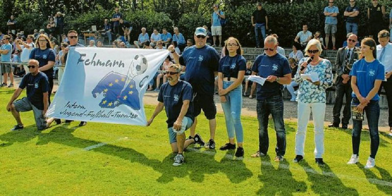 60 Jahre FC Dänschendorf - Andreas Wiese, Timo Barkow, Hans-Jürgen Offenborn und Jörg-Josef Wohlmann trugen die Fahne ins Stadion