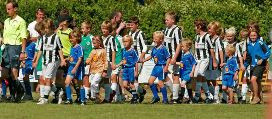 Die G-Jugend der JSG begleitete den späteren Sieger DJK/VfL Giesenkichen zum Finale auf den Platz