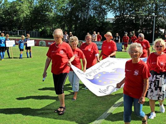 Die Damen vom Fehmarnschen Freundeskreis brachten unter Führung von Gertraud Brocks die Fahne ins Stadion