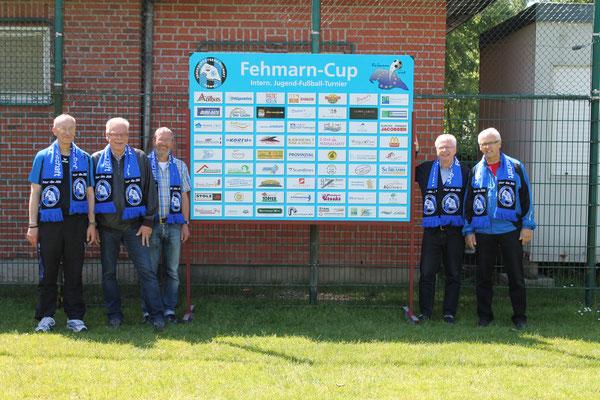Beim Sommerfest wurde die neue Sponsorenwand vorgestellt. Reinhold Paul (Vorsitzender der JSG), Bürgermeister Otto Uwe Schmiedt, die Cup-Organisatoren Heinz Jürgen Fendt und Hänschen Albers nahmen diese von Manfred Schramm in Empfang.