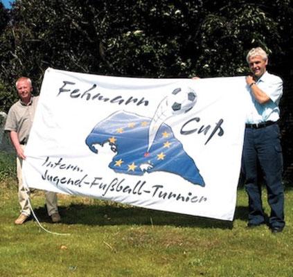 """Zum 2. Fehmarn Cup gab es erstmals die Fehmarn Cup Fahne. Eine Idee von Jürgen Fendt und """"Manni"""" Schramm.  Foto: """"Manni"""" Schramm und Ralf """"Hänschen"""" Albers"""