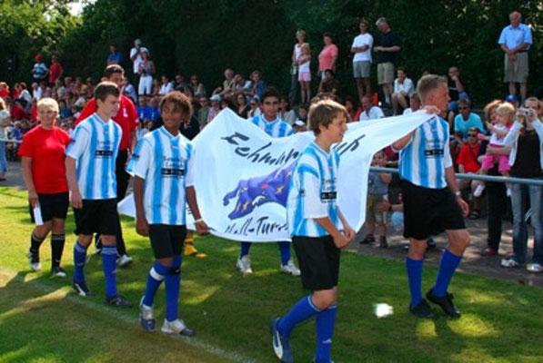 Als frisch gebackene Aufsteiger in die Verbandsliga durften die C-Jungs die Fahre ins Stadion tragen.