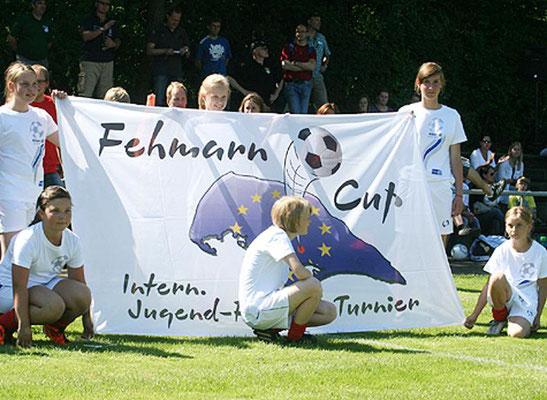 Die Mädchenmannschaft trug die Fahne ins Stadion.