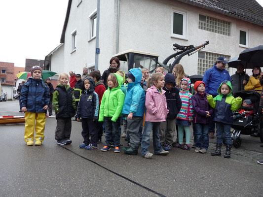 Die Kindergartenkinder aus Weiler singen zum Mai. Maibaumstellen 2015 Foto: Martin Knaus