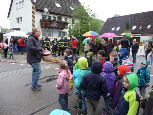 Der Vorsitzende der DORFGEMEINSCHAFT D`Weilemer und Ortsvorsteher Wolfgang Dieminger überreicht den Kindergartenkindern ein Dankeschön. Maibaumstellen 2015 Foto: Martin Knaus