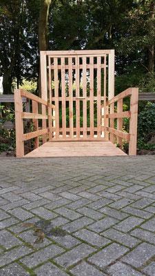 brug met toegangs hek poort gecombineerd