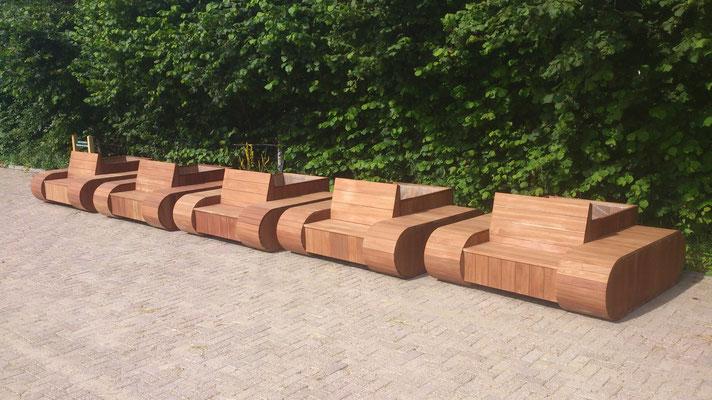 project zitmeubels met tuintjes met rupsbanden look in bankirai