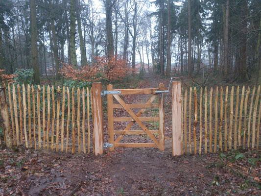poortje in houten hekwerk