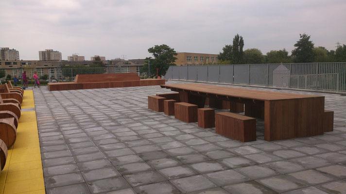 overzichtsfoto school speelplaats zitplaatsen