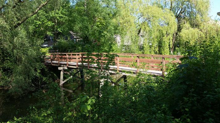 herbouwde loopbrug 18 meter uitgevoerd in Azobe met antislip dek.