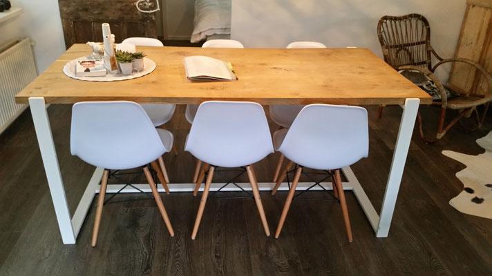 design tafel met eiken blad in huisje 33 Ermelo