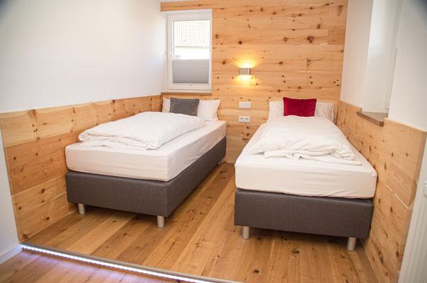 Schlafzimmer 2 - Gegenüber ist ein Einbauschrank und Ablage