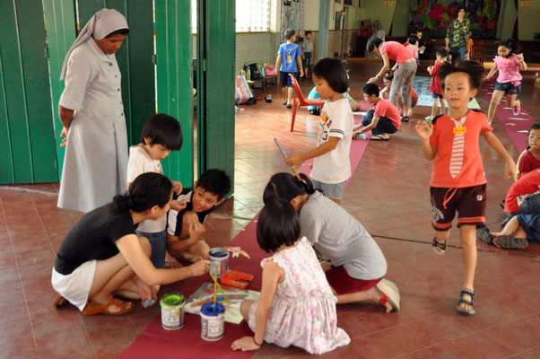 Painting frenzy at Sacred Heart Mission with the children of Heeren Art
