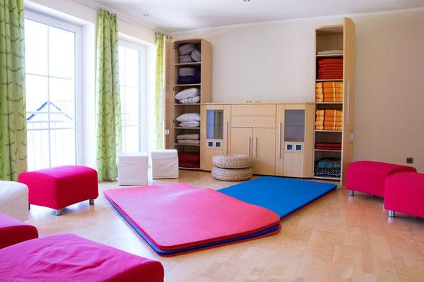 Seminarraum mit Gymnastk-,Jogamatten, Decken und Kissen