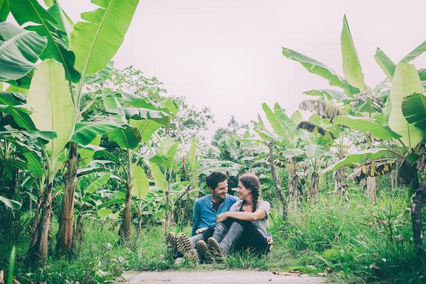 Roman und Theresa in einer Bananenplantage im Amazonas