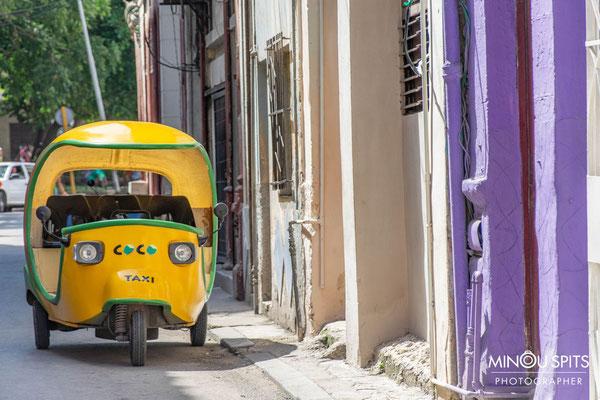 Coco taxi in een straat in Havana