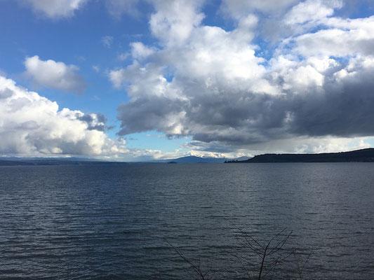 Der See und im Hintergrund kann man mit gutem Auge den Vulkan erkennen