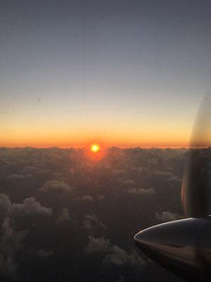 Der Sonnenaufgang von der Luft aus