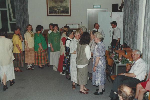 1996 De jubilarissen worden gefeliciteerd