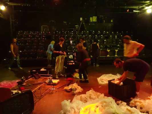 Team-Work beim Verladen des Bühnenbilds