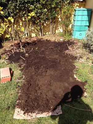 coprire il cartone con del materiale verde, del compost e della terra