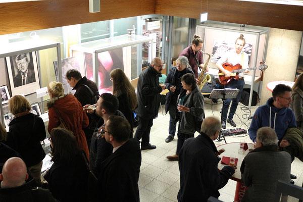 Besucher der Eröffnungsfeier der Ausstellung in der Universitätsbibliothek