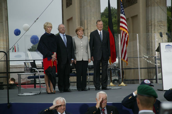 Sue Timken, U.S. Ambassador to Germany William R. Timken, Jr., Chancellor Angela Merkel, former U.S. President George W. Bush
