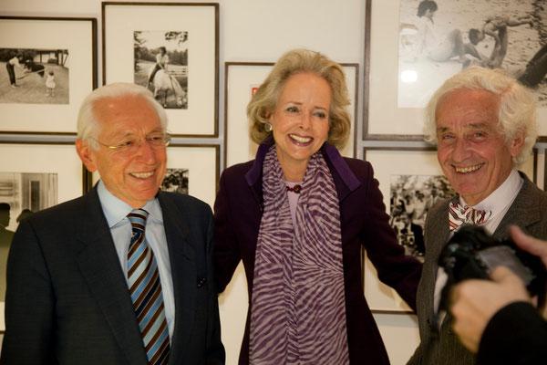 Isa Gräfin von Hardenberg (Mitte), Prof. Dr. Peter Raue (rechts)