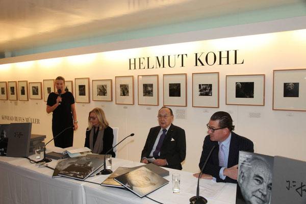 Ute Hartjen, Vorstand CAMERA WORK AG (links), Anja Heyne, Hans-Dietrich Genscher, Kai Diekmann (rechts)
