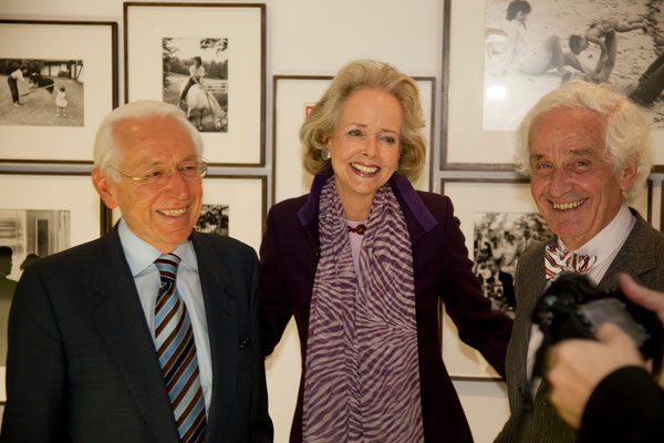 Isa Countess von Hardenberg (center, Prof. Dr. Peter Raue (right)