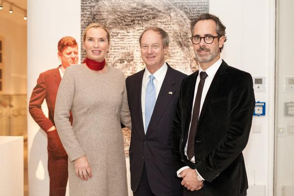 V.l.n.r.: Ute Hartjen (Vorstandsmitglied CAMERA WORK AG), US-Botschafter John B. Emerson, Benjamin Jäger (Vorstandsmitglied CAMERA WORK AG)
