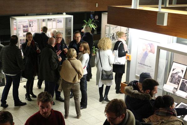 Besucher der Eröffnungsfeier in der Ausstellung