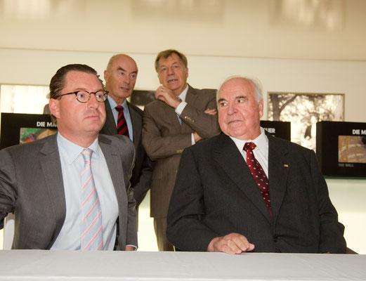 Kai Diekmann, Bundeskanzler a. D. Dr. Helmut Kohl (von 1982–1998 der sechste Bundeskanzler der Bundesrepublik Deutschland) sowie Jörg Schönbohm (ehem. Innenminister des Landes Brandenburg) und Eberhard Diepgen (ehem. Berliner Bürgermeister) im Hintergrund