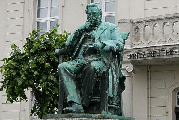 Fritz-Reuter-Statue auf dem Markt von Stavenhagen