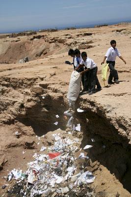 Zur nachhaltigen Verbesserung der Situation wurden Müllsammlungen mit Schülern unternommen.