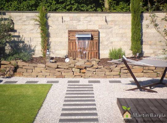 Gartengehweg mit weissem Kies und Betonplatten