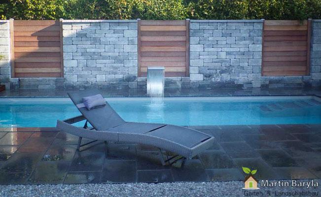 Swimmingpool, Natursteinmauer mit Holz