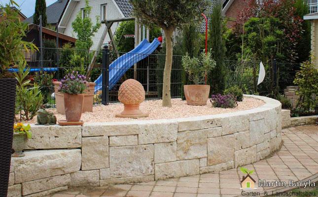 Terracotta Bodenfliesen + Natursteinmauer mit Beet